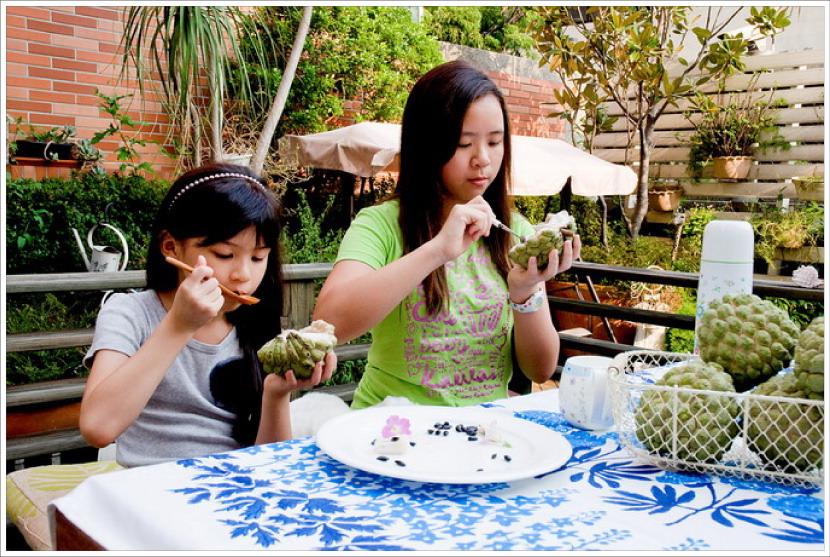 荳芽和蝴蝶吃著乾媽寄來的釋迦,好開心哪!