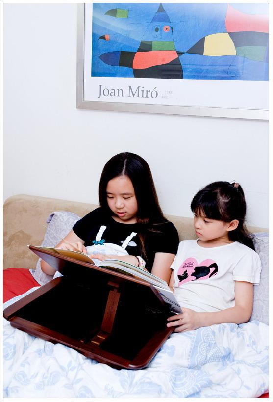 睡前閱讀,悅讀隨身書桌是好幫手。