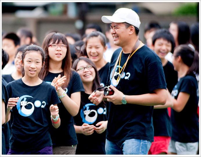 荳芽班上的同學和班導廖老師在運動會。