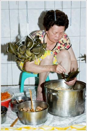 媽媽包的粽子吃過的人都讚好!※ 今年的端午節很特別,我帶荳芽和蝴蝶回南部跟媽媽學包粽子⋯⋯