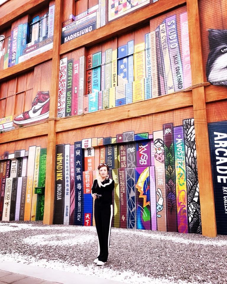 這是和我一樣喜歡攝影、文學、旅行的小文拍的。 我們小學時就是最要好的朋友,在她眼中,我就是成天在書堆裡爬來躦去的書蟲!